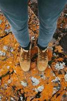 stivali di pelle sul muschio arancione