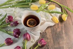 stile di vita di tè e tulipani foto