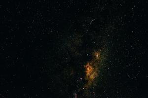 cielo notturno con stelle e galassia
