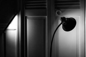 lampada da terra in camera oscura foto
