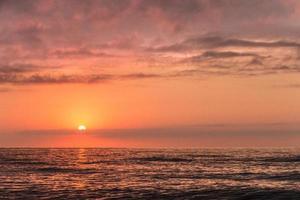drammatico tramonto sull'oceano