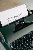 macchina da scrivere verde con la parola quarantena digitata