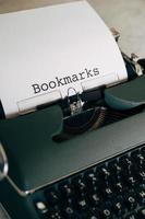 macchina da scrivere verde con i segnalibri di parole digitati foto