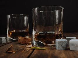bicchieri di whisky foto