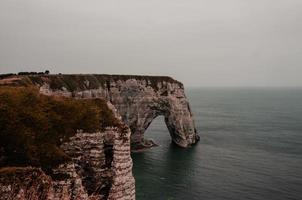 falaises d'etretat in francia foto