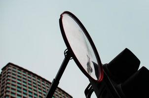 vista dello specchio laterale dell'auto foto