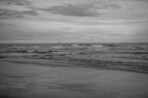 litorale dell'oceano in scala di grigi foto