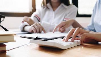 due donne d'affari utilizzando la calcolatrice foto