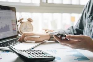 vista del primo piano del contabile che presenta rapporto