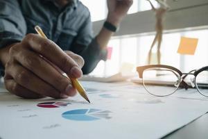 annotazione professionale di affari sui grafici