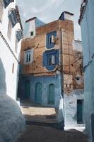 edificio in mattoni blu e marrone foto