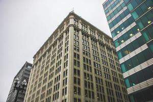 una vista ad angolo di strada di un edificio alto foto