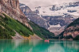 barca rossa nel lago nel parco nazionale di banff foto