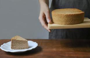 persona in possesso di torta in chiffon foto