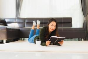 Ritratto di una donna asiatica che legge un libro foto