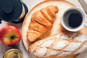 vista dall'alto di classici prodotti da forno francesi per la colazione foto