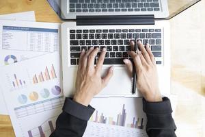 vista da tavolo di uomo d'affari utilizzando un computer portatile al lavoro foto