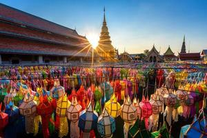 le lanterne variopinte si avvicinano al tempio buddista a Lamphun, Tailandia.