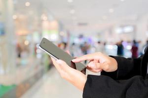acquirente utilizzando il telefono cellulare per il checkout al supermercato