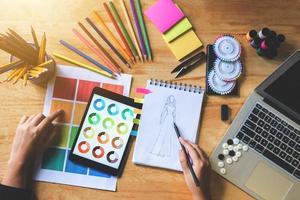 designer che disegna uno schizzo foto