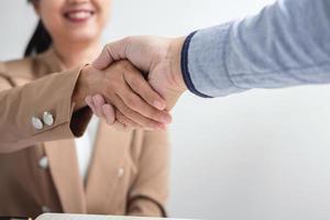 due uomini d'affari si stringono la mano