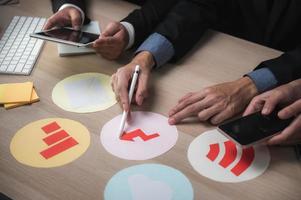 i collaboratori lavorano insieme sull'idea imprenditoriale