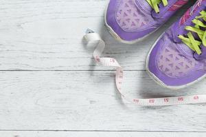 piatto stile di vita sano con scarpe sportive foto