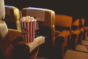 popcorn sul braccio di un sedile foto