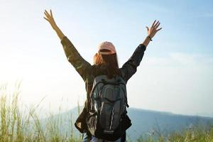 viaggiatore donna con le braccia alzate