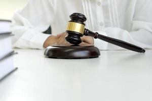 un martelletto davanti al giudice alla scrivania foto