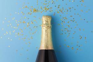 piatto disteso di bottiglia di champagne