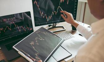 investitori che analizzano i grafici foto