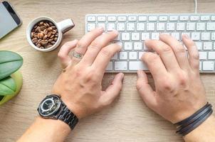 uomo che scrive su una tastiera foto