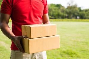 uomo di consegna che tiene scatole di cartone
