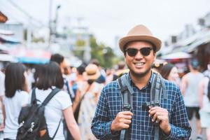 uomo che cammina nel mercato affollato foto