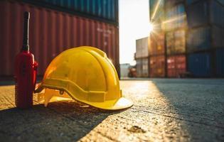 primo piano degli attrezzi da costruzione nel porto mercantile foto