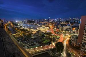 stazione ferroviaria di Bangkok alla notte in Tailandia foto
