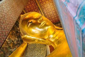 gigantesca statua dorata del Buddha sdraiato