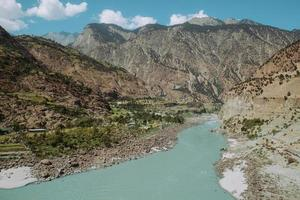 fiume Indo che scorre attraverso le montagne