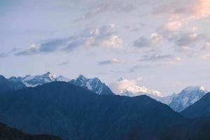 alba sopra la catena montuosa innevata del karakoram foto