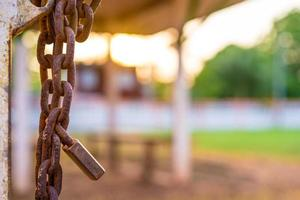 lucchetto e catena arrugginiti