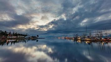 specchio d'acqua sotto il cielo nuvoloso