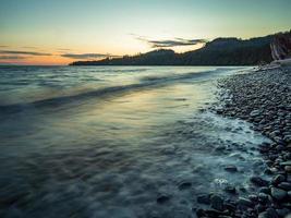 spiaggia rocciosa con montagne
