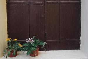 finestra in legno marrone foto