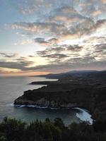 scogliere sull'oceano sotto il tramonto foto