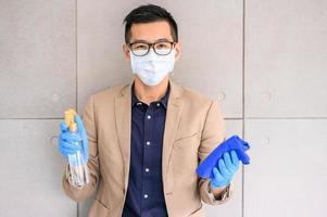 uomo che indossa maschera e guanti foto