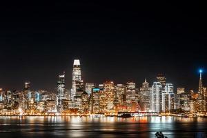 skyline della città durante la notte foto