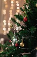 foto del fuoco selettivo dell'albero di Natale