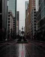 strada vuota tra edifici in città