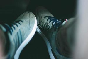 primo piano delle scarpe da tennis grigie foto